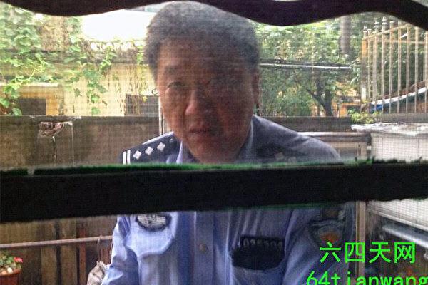 上海警察翻墙进入访民张顺宝家范围,企图把他带走。(六四天网图片)