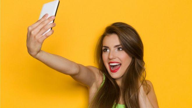 Chica tomándose una foto