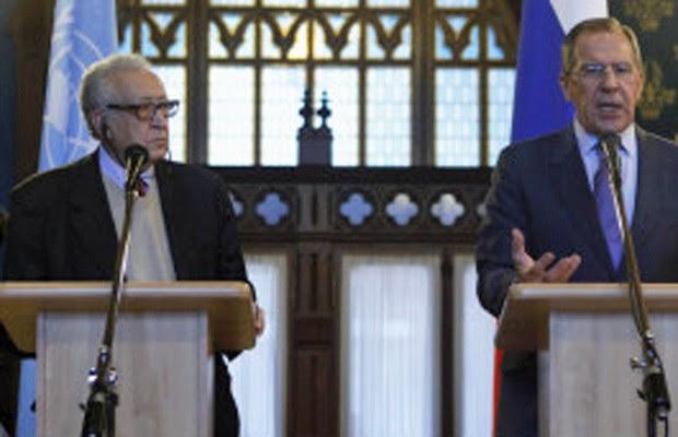 O enviado da ONU Lakhdar Brahimi (à esquerda) e o chanceler russo Sergei Lavrov (Foto: Reuters)