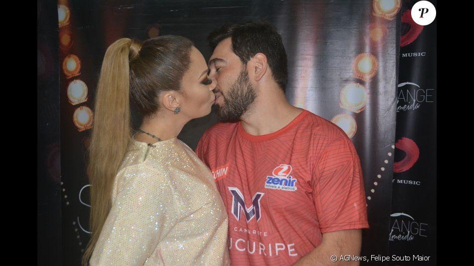 Solange Almeida Beija O Marido Leandro Andriani Em Show No Fortal