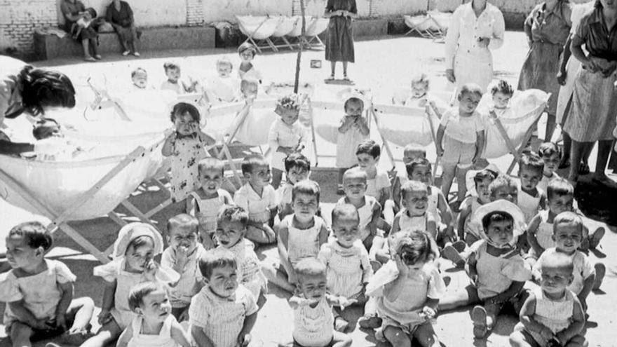 Niños en el patio de la prisión maternal instalada en la cárcel de Ventas. 1955. (Archivo Regional de la Comunidad de Madrid)