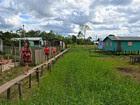 Sem acesso, famílias andam em tábuas (Adelcimar Carvalho/G1)