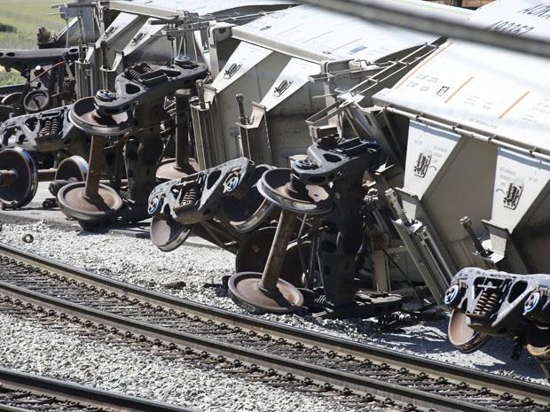 Vagões tombados são vistos na região de Hazelwood, em Pittsburgh, após acidente na manhã de quinta (14) (Foto: AP Photo/Keith Srakocic)