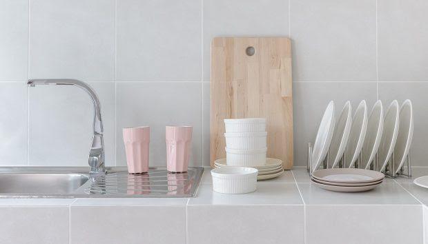 «Πώς Μπορώ να Διακοσμήσω τον Χώρο Πάνω από τον Νεροχύτη της Κουζίνας που δεν Έχει Παράθυρο;»