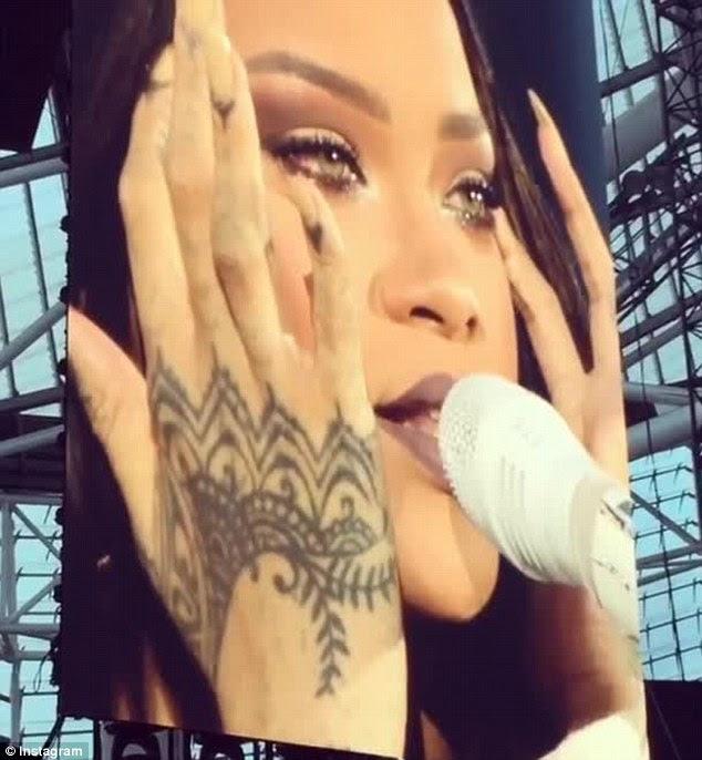 Trazendo de volta memórias?  Rihanna enxugou as lágrimas de seus olhos enquanto ela cantava