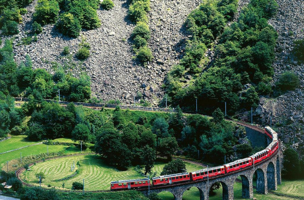 Viaduto ferroviário em espiral Brusio na Suíça 11