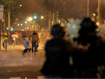 Policías se enfrentan a manifestantes frente al Palacio da Abolicao, sede del gobierno de Ceará, ayer. EFE