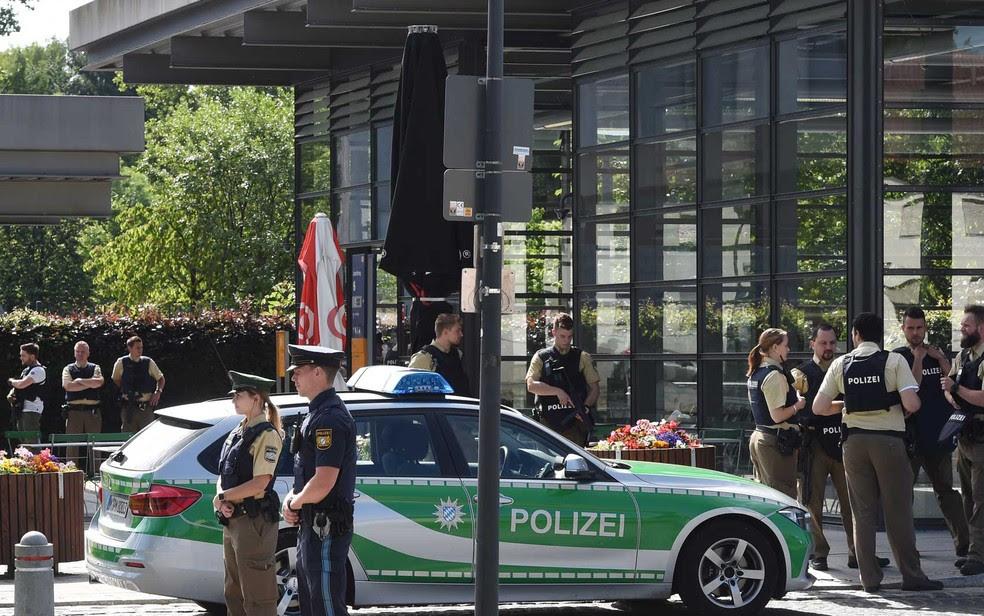 Policiais vigiam área em torno de estação ferroviária em Unterfoehring, perto de Munique, no sul da Alemanha, onde foram disparados tiros (Foto: Christof Stache / AFP Photo)