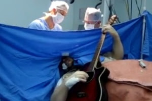 3.jun.2015 - Anthony Kulkamp cantou até música dos Beatles enquanto realizava cirurgia para retirada de um tumor no cérebro. Bem sucedido, o procedimento durou 9 horas e foi realizado em Tubarão (SC)