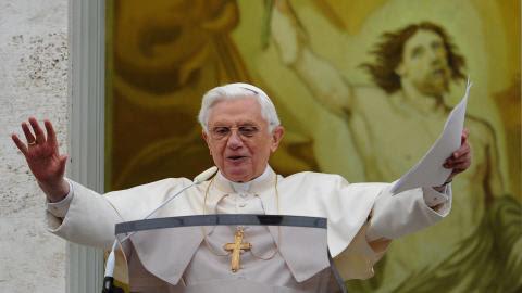 Le pape récitant le Regina caeli à sa résidence de Castel  Gandolfo.