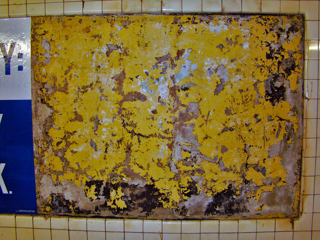 DSC01786 subway peeling paint