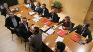 Los equipos negociadores de Ciudadanos y PSOE, en la reunión que han mantenido este lunes en el Congreso. EFE