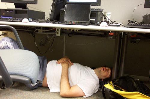 Dormindo embaixo da mesa
