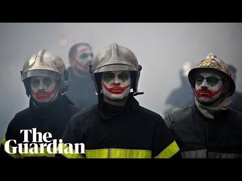 Rendőrök verték a tiltakozó tűzoltókat Macronéknál