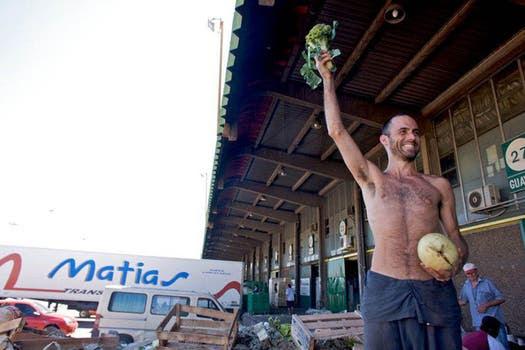 El Mago, freegano, muestra con orgullo las verduras recolectadas de la basura.. Foto: Gentileza Analía Cincotta