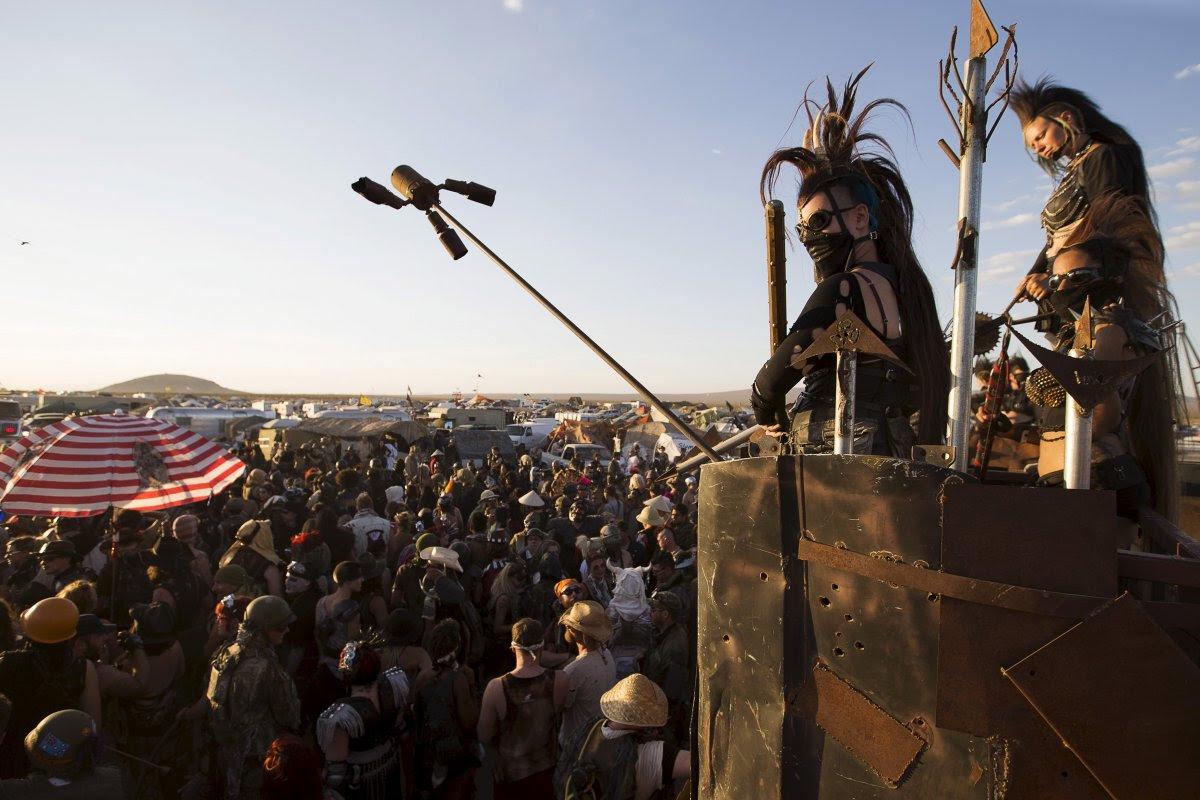 """Fãs de """"Mad Max"""" constroem seu próprio mundo pós-apocalíptico no meio do deserto 01"""
