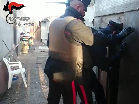 Controlli dei carabinieri nelle case abusive