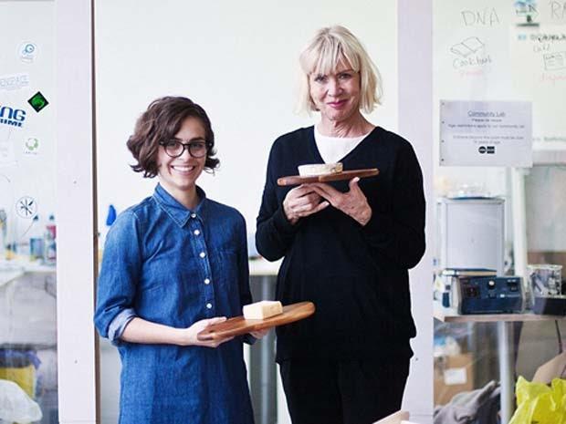 Christina Agapakis e Sissel Tolaas exibem os queijos produzidos por elas com bactérias do corpo humano (Foto: GROW YOUR OWN...LIFE AFTER NATURE at Science Gallery at Trinity College Dublin)