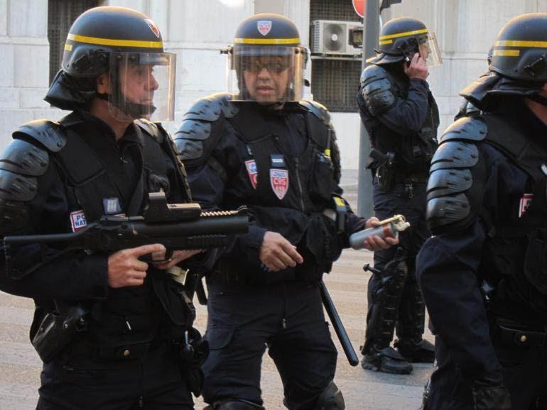 CRS armé d'un LBD 40 lors d'une manifestation à Marseille en juin 2013.
