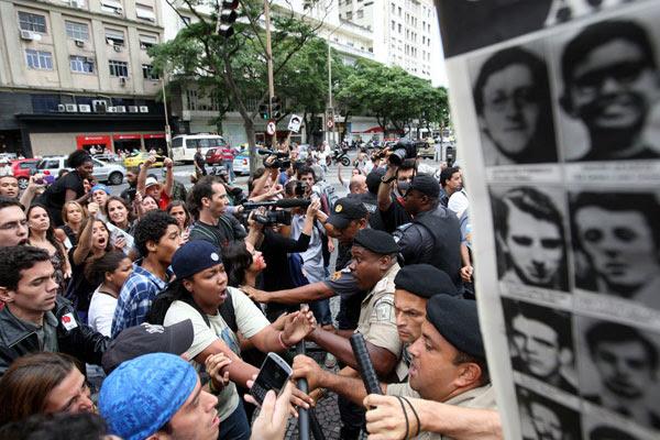 Manifestantes vão ao Clube Militar, no Rio de Janeiro, para protestar contra sequestros da ditadura