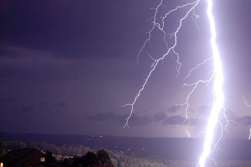 Explosão relâmpago bifurcado iluminando o céu acima de Nova Gales do Sul