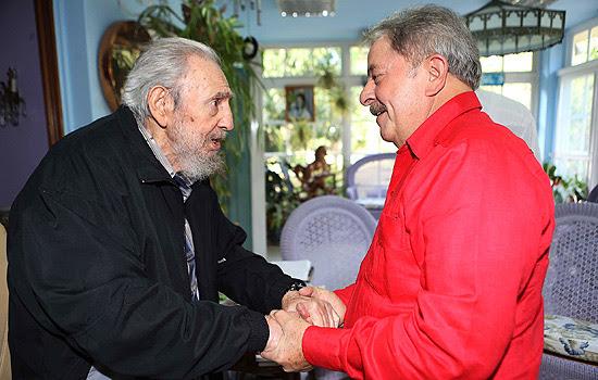 O ex-presidente Lula se encontra com Fidel Castro durante visita a Havana