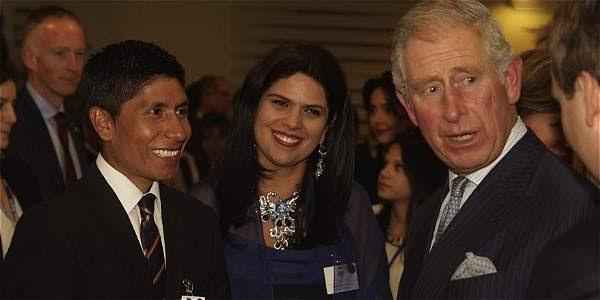 El principe Carlos saluda a Nairo Quintana durante su visita en Bogotá.