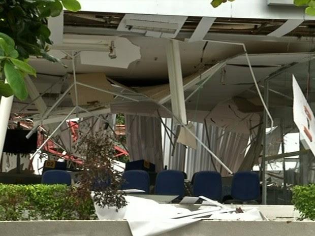 Criminosos explodiram banco em Petrolina de Goiás (Foto: Reprodução/TV Anhanguera)