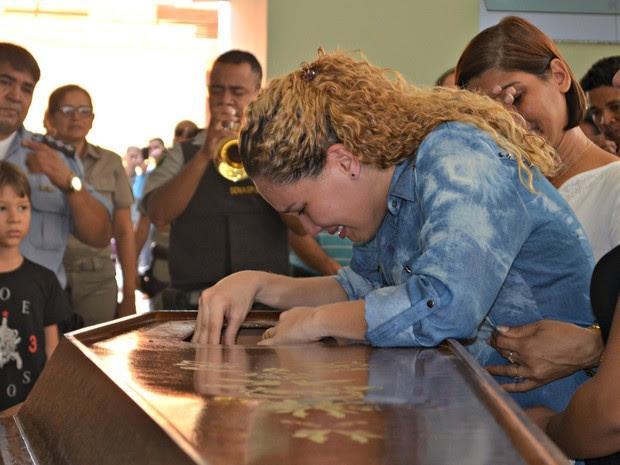 Mulher de PM morto chora em caixão durante velório em Rio Branco (Foto: Iryá Rodrigues/G1)