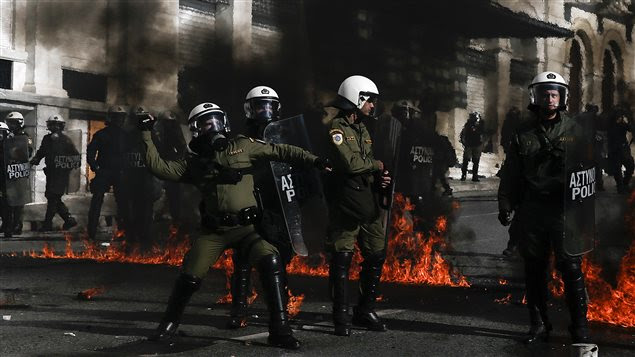 De brèves échauffourées ont éclaté jeudi entre la police anti-émeute et de jeunes manifestants.