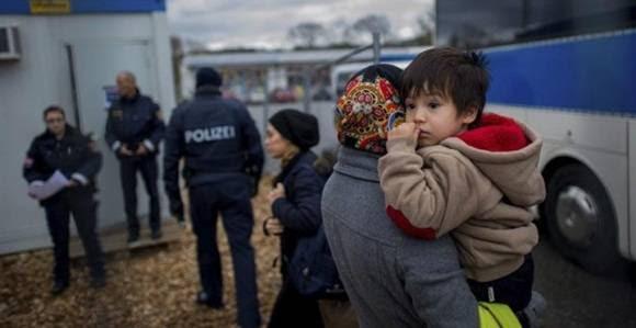 Varios refugiados llegan al campamento temporal en Schaerding Am Inn, Austria.- Christian Bruna. Foto: EFE.