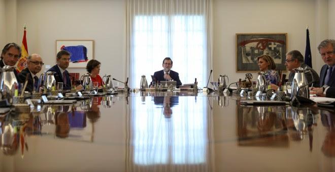 El presidente del Gobierno, Mariano Rajoy, preside el Consejo de Ministros extraordinario en el que se ha aprobado recurrir al TC todas las resoluciones del Parlament catalán sobre el referéndum del 1-O.. REUTERS/Susana Vera