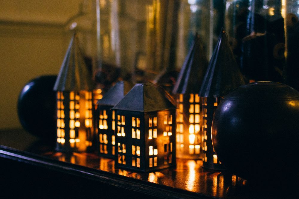 Crear ambientes cálidos con velas, que son muy utilizadas en los países nórdicos. Se colocan en las ventanas, dejando salir la luz al exterior. Foto de seeds and stiches