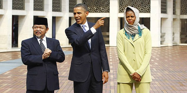 First lady Michelle Obama wears a hijab while President Obama visits Istiqlal Mosque in Jakarta in 2010 (Photo: Screenshot/CNN Turk)