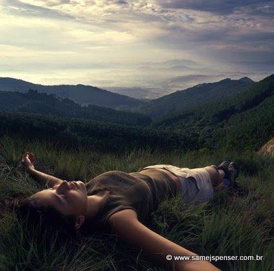 FOTO: Mulher relaxando na grama