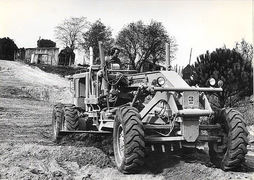 Maquina Caterpillar del Sr. Gonzalo García aplanant un terreny l'any 1975