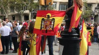 Bandera franquista a la manifestació del 12-O