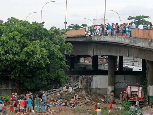 Caminhão despencou de viaduto na tarde desta terça (23) (Foto: ANDRÉ LUIZ MELLO/AGÊNCIA O DIA/AGÊNCIA O DIA/ESTADÃO CONTEÚDO)