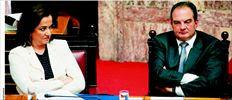 Ντόρα Μπακογιάννη - Κώστας Καραµανλής µε εύγλωττο ύφος, αλλά σε φωτογραφία αρχείου, όταν κάθονταν στα ίδια κυβερνητικά έδρανα  της Βουλής. Χθες, η πρόεδρος της Δηµοκρατικής Συµµαχίας – µε αφορµή τηλεγραφήµατα της αµερικανικής πρεσβείας που ήρθαν στο φως  µέσω του ιστότοπου Wikileaks – κατήγγειλε «συνωµοσία» εις βάρος της από το σύστηµα των καραµανλικών µε στόχο την ήττα της στη  µάχη για τη διαδοχή στη Ν.Δ.