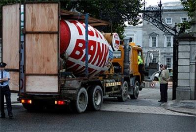 """Camião-betoneira atirado contra Parlamento na Irlanda na Jornada de Luta Europeia no dia 29 de Setembro, veículo tinha escrito """"Bank Anglo Tóxico"""" e a acção visou denunciar a injecção de dinheiro público no banco"""