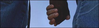 Una pareja de manos dadas