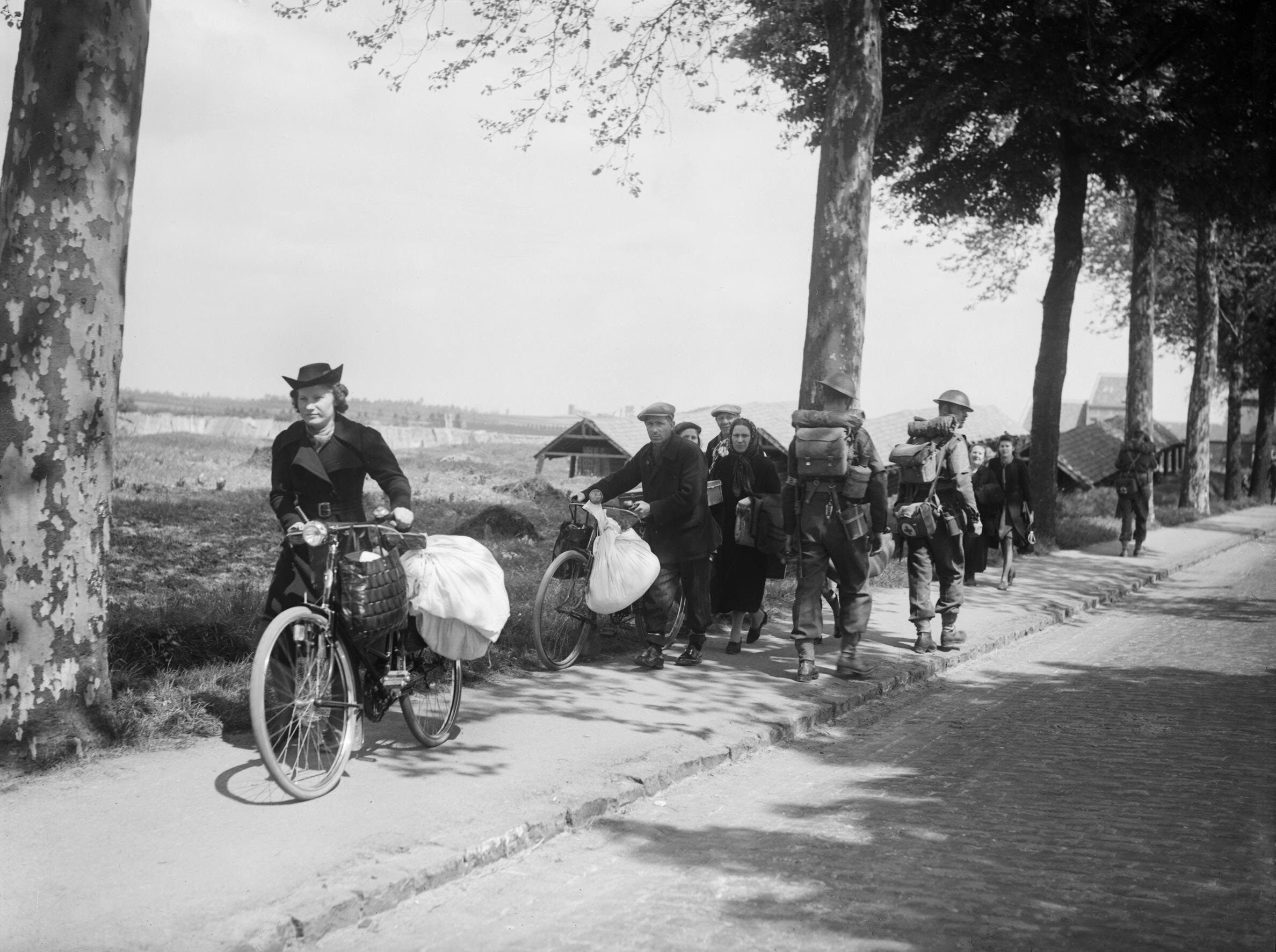 File:British troops and Belgian refugees on the Brussels-Louvain road, 12 May 1940. F4422.jpg
