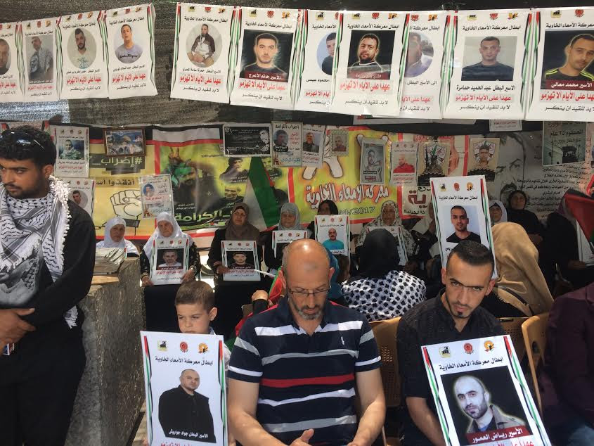 Betlemme. Il presidio a sostegno dei detenuti palestinesi in Piazza della Mangiatoria (foto Michele Giorgio)