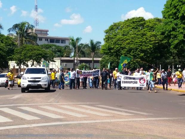 Manifestação ocorreu na manhã deste domingo em Naviraí e reuniu 500 pessoas, segundo os organizadores, e 300, de acordo com a PM (Foto: Umberto Zum/Tanamídia Naviraí)