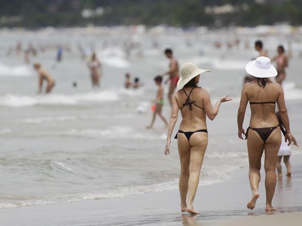 Praia de Juqueí, em São Sebastião, fica lotada na véspera do réveillon