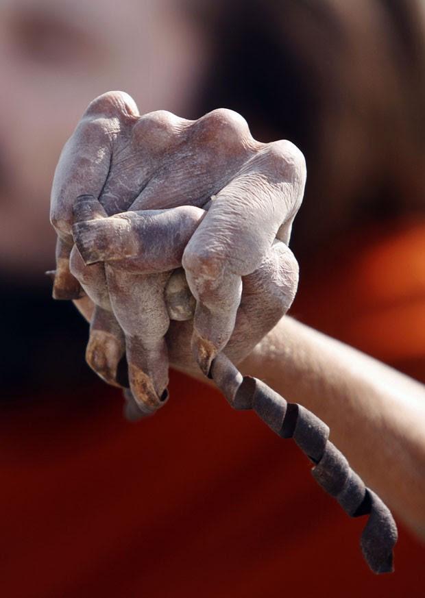 Indiano Amar Bharti disse que não corta suas unhas há 28 anos. (Foto: Rajesh Kumar Singh/AP)