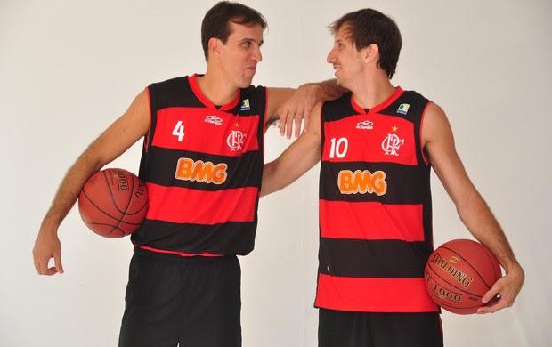 Marcelinho e Duda tentam segurar o riso durante sessão de fotos do Flamengo (Foto: Nelson Veiga)