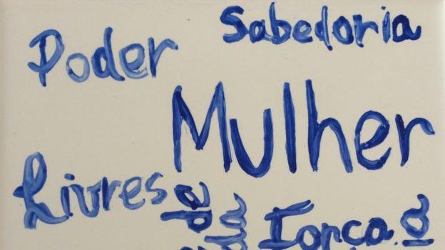 Palavras como poder, sabedoria, mulher e poderosas escritas num azulejo