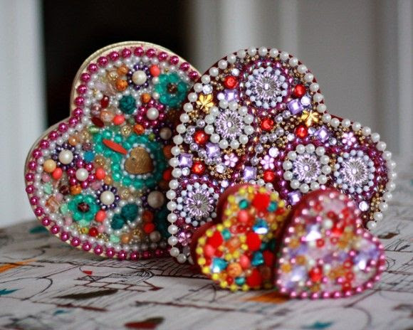 Heart Shaped Beaded Boxes via Dollar Store Crafts http://dollarstorecrafts.com/2013/02/make-a-mardi-gras-heart-box/