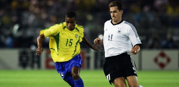 Kleberson é marcado por Klose na final da Copa do Mundo de 2002